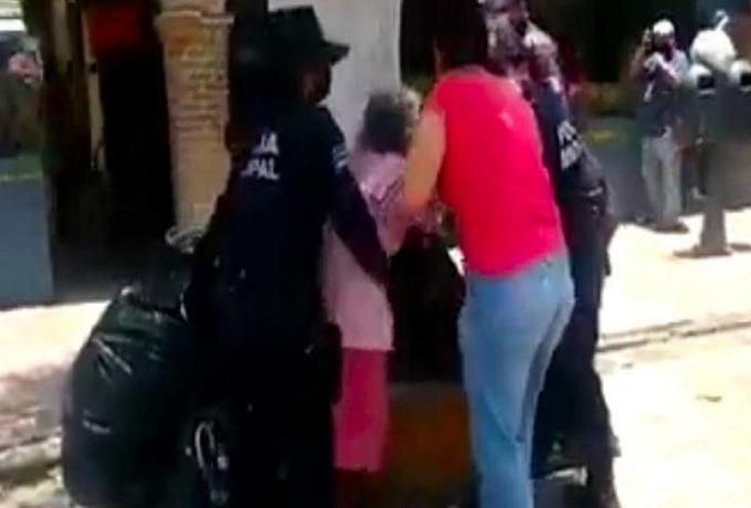VIDEO: Abuelita y su hija se niegan a usar cubrebocas y forcejean ...